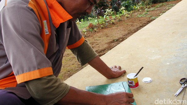 Untuk mengisi waktu luang, Pak Utay hanya melakukan bersih-bersih atau memasang papan pesan untuk menjaga kebersihan lingkungan.