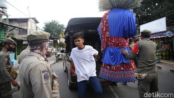 Pemprov DKI Jakarta melarang ondel-ondel digunakan untuk mengamen. Wakil Gubernur DKI Jakarta Ahmad Riza Patria mengungkapkan larangan ini diterapkan semata-mata untuk melestarikan budaya Betawi melalui cara yang lebih bijak.