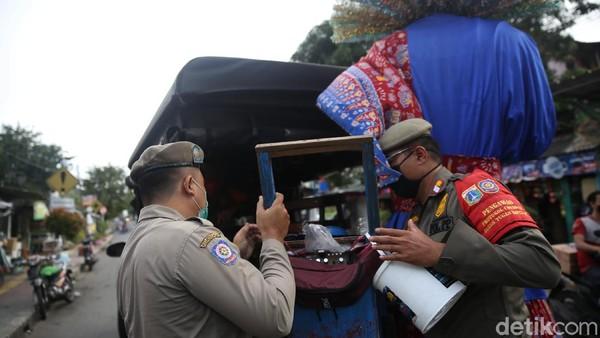 Kepala Satpol PP DKI Jakarta Arifin menyebut larangan tersebut merespons laporan masyarakat yang merasa terganggu adanya pengamen ondel-ondel.