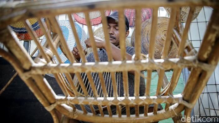 Sunarto (49) tetap berkarya meski usaha kerajinan rotan yang digelutinya terdampak pandemi. Ia pun turut mereparasi barang kerajinan yang terbuat dari rotan.