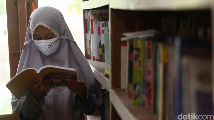 Perpustakaan Sekolah Alam Tunas Mulia, Bantargebang, Bekasi, Jawa Barat, mendapat bantuan ratusan buku pelajaran. Perpustakaan ini banyak dikunjungi oleh anak-anak pemulung.