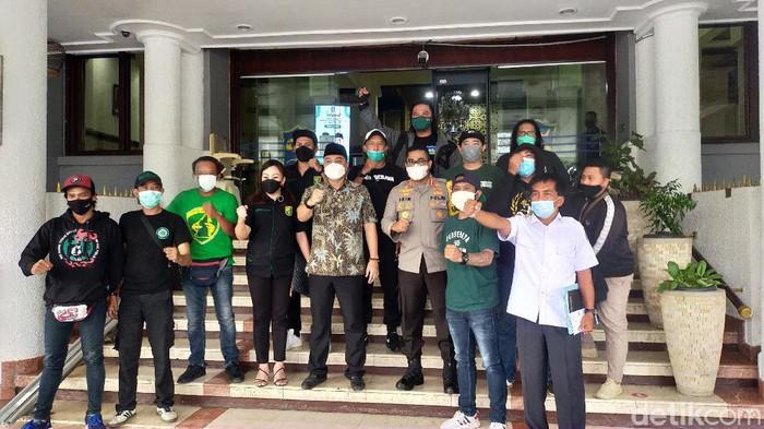 Bonek tidak jadi demo Pemkot Surabaya. Sebab, Persebaya mendapat izin untuk menggunakan Gelora Bung Tomo dan Gelora 10 November atau Stadion Tambaksari.