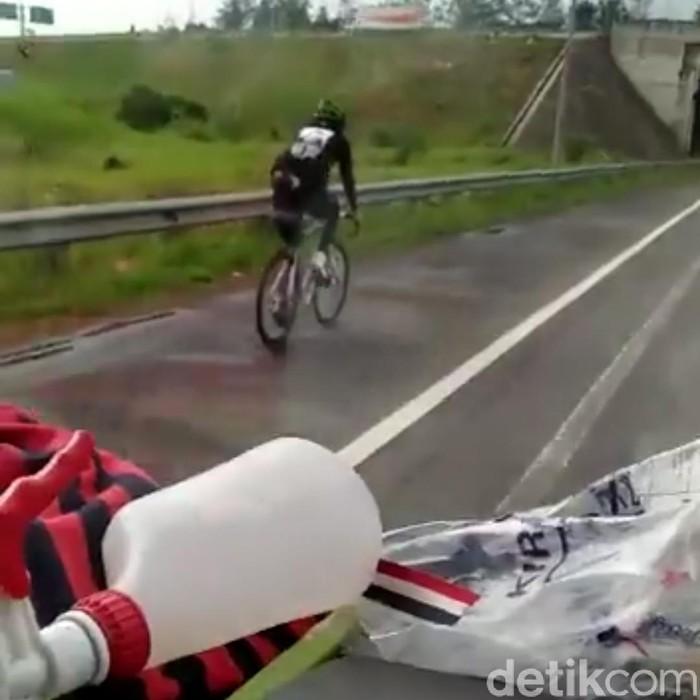 Pesepeda masuk jalan tol padaleunyi