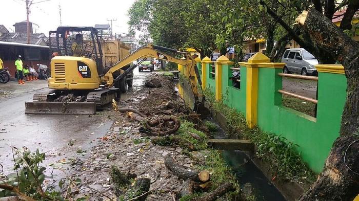 Petugas mulai perbaiki parit tumpat di Medan (Datuk Haris-detikcom)