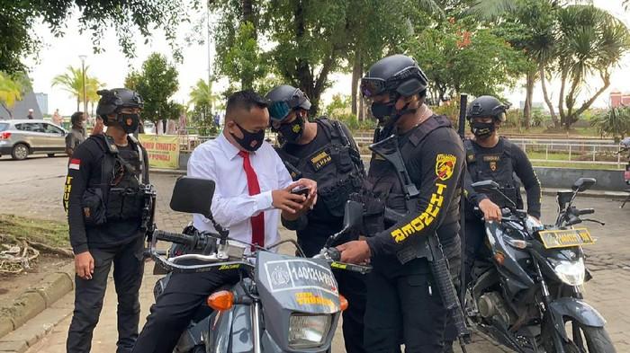 Polisi gadungan ditangkap di Pantai Losari, Makassar (dok. Istimewa).