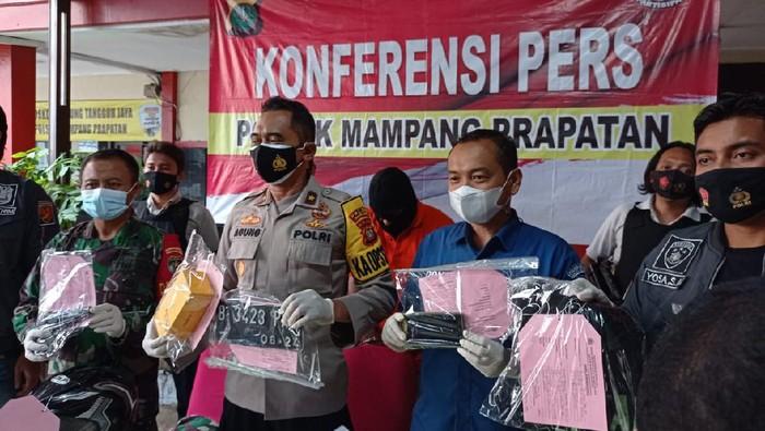 Polsek Mampang Prapatan tangkap polisi gadungan pemeras remaja.