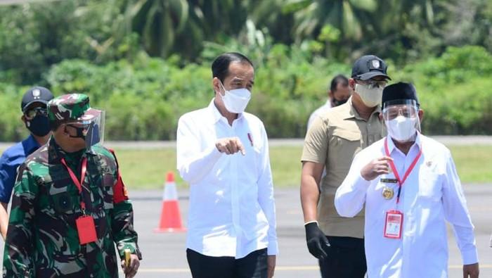 Presiden Joko Widodo (Jokowi) beserta rombongan tiba di Bandara Kuabang, Kabupaten Halmahera Utara