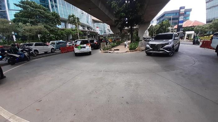 Putar balik di Jl Prof Dr Satria, Kuningan menuju ke arah Tanah Abang. Jadi, pemotor tidak perlu menerabas trotar.