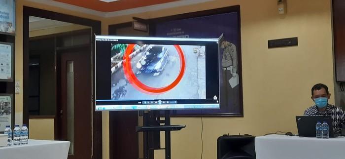 Tangkapan CCTV detik-detik bocah ditabrak lari pengemudi sedan di Kelapa Gading.
