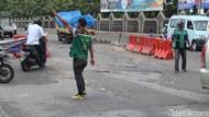 Pak Ogah Beraksi di Atas Jl Raya Legok-Karawaci yang Rusak