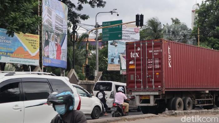 Traffic light mati, Pak Ogah beraksi di Jl Raya Lego, 24 Maret 2021. (Nisrina Khairunnisa/detikcom)