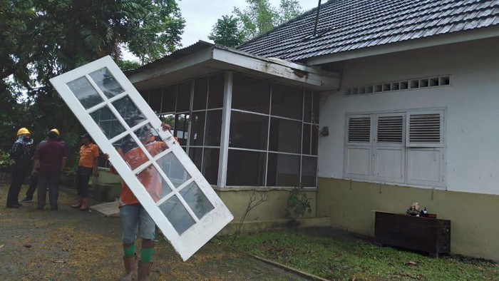 Universitas Sumatera Utara (USU) melakukan pengosongan rumah dinas yang hingga kini masih ditempati keluarga dari mantan guru besar Profesor TMHL Tobing. Pengosongan dilakukan setelah dua kali diminta pindah melalui surat.
