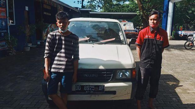2 Warga Makassar, Firman dan Muhammad Ardi tertangkap tangan tengah membuang sampah 1 bak mobil pikap ke pinggir jalan raya.