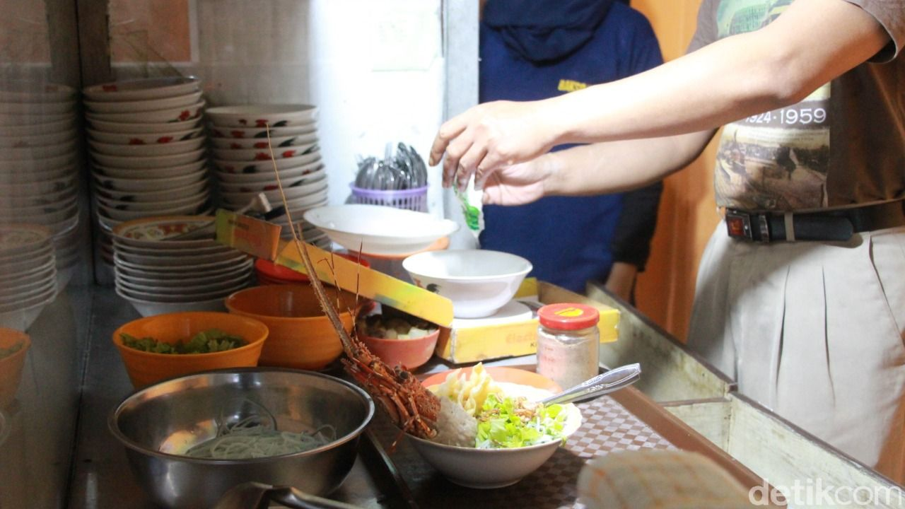 bakso lobster pertama di kota Malang, terdapat di rumah makan Orien Chinese Food.