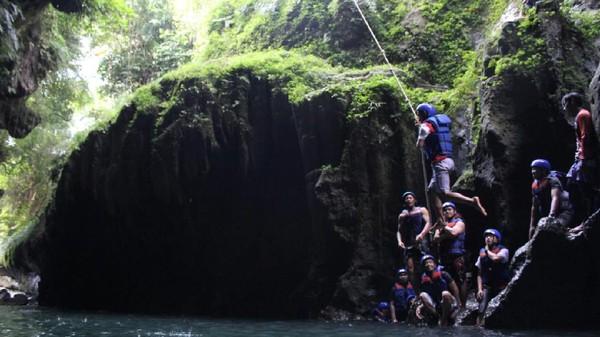 Bagi para penikmat adrenalin, di sungai Ciwayang juga terdapat wahana yang cukup menantang. Seperti Tarzan Jump, wisatawan bergelantung seperti Tarzan dari tebing dan berakhir membenamkan diri ke air. (dok. Kompepar Ciwayang)