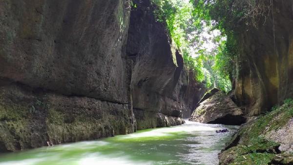 Inilah sungai Ciwayang di Pangandaran. Sungai Ciwayang terletak di Dusun Cikoranji, Desa Cimindi, Kecamatan Cigugur, Kabupaten Pangandaran. Berjarak sekitar 26 kilometer saja dari pantai Pangandaran. (dok. Kompepar Ciwayang)