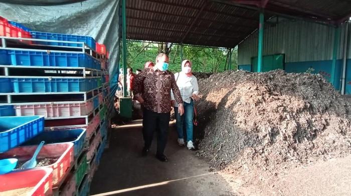 Bupati Pangandaran Jeje Wiradinata mengunjungi TPST Jambangan, Surabaya.