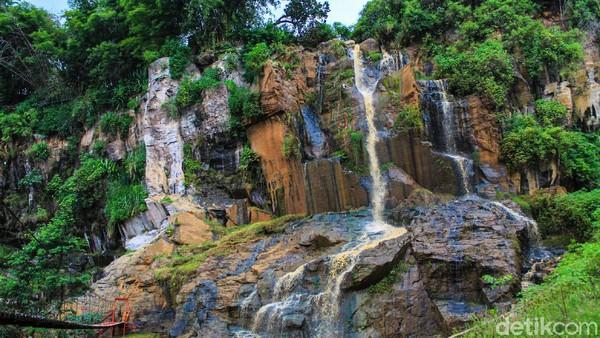 Berlokasi di kaki Gunung Manglayang, Curug Templek memberikan suasana segar bagi mereka yang mau ngabuburit menunggu waktu berbuka puasa. Pemandangannya cantik jelita! (Muhammad Iqbal/detikTravel)
