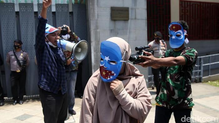 Sejumlah orang menggelar aksi protes di depan Kedutaan Besar China. Massa aksi mengecam tindakan diskriminatif yang dialami etnis Muslim Uighur di Xianjiang, China.