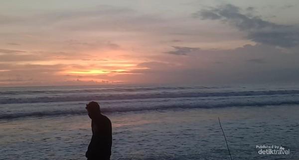 Pengunjung di Pantai Kuta.