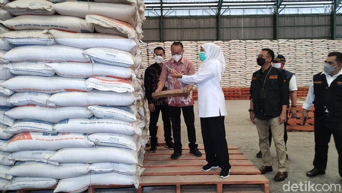 Gubernur Jawa Timur Khofifah Indar Parawansa memastikan, stok beras di Jatim aman menjelang Ramadhan. Karena di bulan ini banyak daerah yang panen raya.