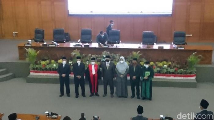 Isro Miraj dilantik sebagai ketua DPRD Cilegon (Iqbal/detikcom)