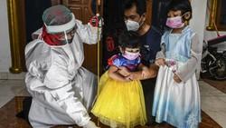 Meski di tengah pandemi, kader Posyandu terus berupaya mengunjungi rumah warga untuk melakukan pelayanan terhadap pertumbuhan dan perkembangan balita.