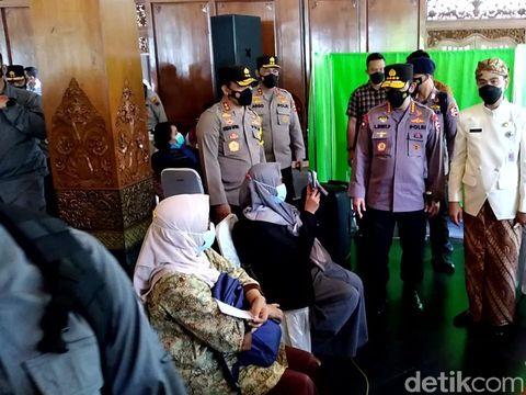 Kapolri Jenderal Listyo Sigit Prabowo dan Walkot Solo Gibran Rakabuming Raka cek vaksinasi tokoh masyarakat di Solo, Kamis (25/3/2021).