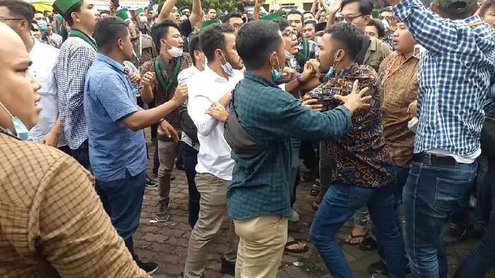 Kongres XXXI HMI di Surabaya kembali diwarnai keributan. Kali ini tim dari masing-masing kandidat ketua umum saling pukul.