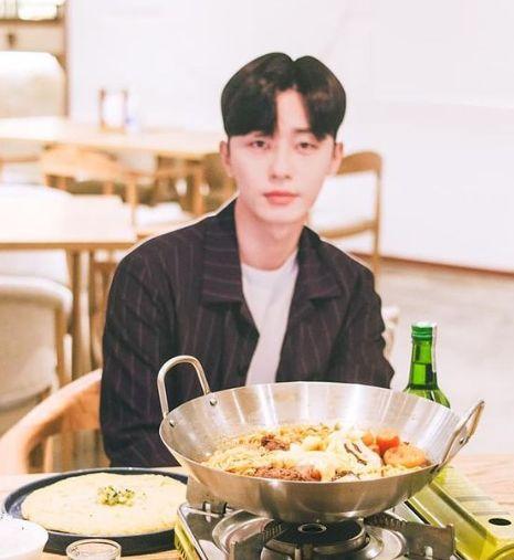 Di Restoran Ini Kamu Bisa Makan Satu Meja Bareng Song Joong Ki dan Kim Soo Hy