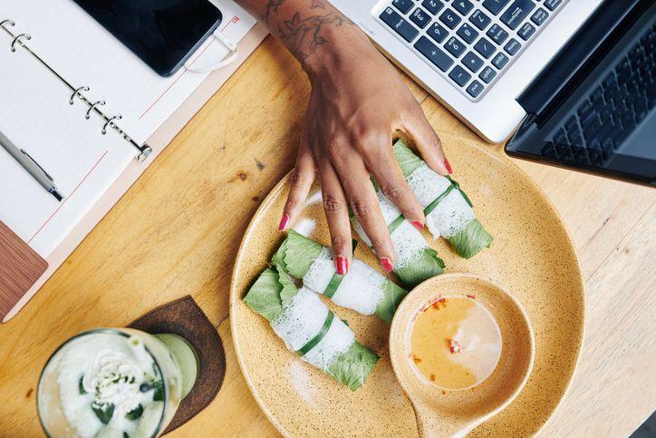 makan siang di meja kerja tidak sehat