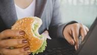 Makan Siang di Meja Kerja Tidak Baik untuk Kesehatan, Ini Sebabnya