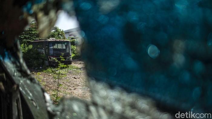 Belasan bus Restu telah menjadi bangkai, baik karena rusak atau sebab lain. Bangkai bus tersebut ditampung di pool Restu, Tambun, Jawa Barat.