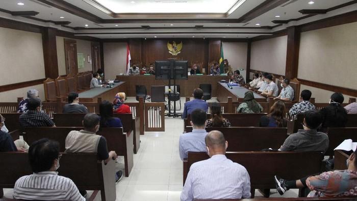 Ratusan karyawan PT CNQC Mitra JO yang mendatangi pengadilan untuk menuntut pembayaran gaji setelah perusahaan dinyatakan pailit, saat sidang digelar di Pengadilan Jakarta Pusat, Tipikor.