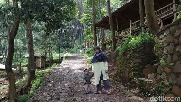 Inilah Obyek wisata Karang Gantungan yang berada di kaki Gunung Selasih. Lokasi tepatnya ada di Desa Karangnunggal, Kecamatan Paseh, Kabupaten Bandung. Obyek wisata ini terkenal dengan monyet ekor panjangnya. (Wisma Putra/detikTravel)