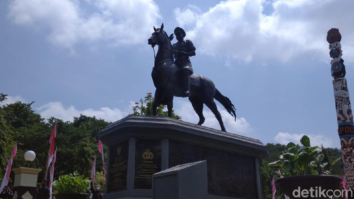 Patung Bapak Brimob Polri Komjen (Purn) Moehammad Jasin di Akpol Semarang, Jawa Tengah