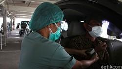 Rumah Sakit Universitas Indonesia membuka pelayanan vaksinasi secara drive thru untuk lansia, layanan ini dibuka sejak 21 Maret sampai April mendatang.