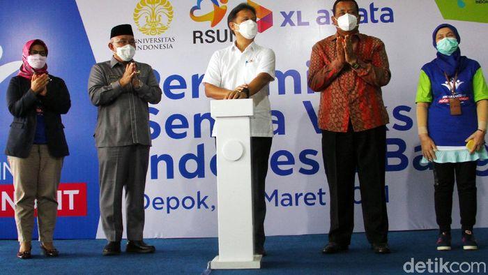 Rumah Sakit Universitas Indonesia membuka pelayanan vaksinasi secara drive thru untuk lansia. Pelayanan yang dibuka sejak 21 Maret itu sudah diikuti ratusan lansia.