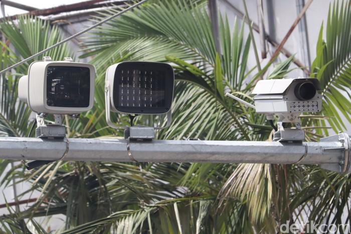 Tilang elektronik atau Electronic Traffic Law Enforcement (ETLE) mulai diberlakukan di Kota Bandung. Total ada 21 titik yang dipasang.