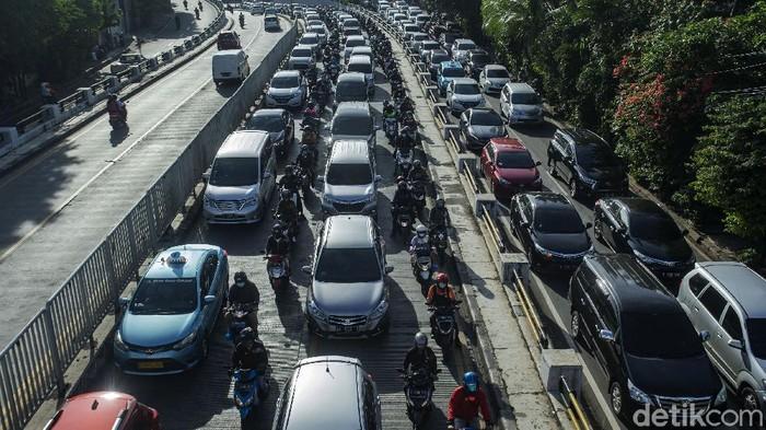 Sejumlah pengendara terjebak kemacetan di jalan KH Abdullah Syafei, Tebet, Jakarta, Kamis (25/3/2021). Meski DKI Jakarta memperpanjang penerapan PPKM namun kepadatan di ruas jalan masih terlihat.