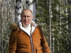 Vladimir Putin Pemotretan Bak Model di Hutan, Harga Bajunya Jadi Sorotan
