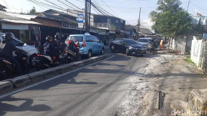 Putar balik di Jl Moh Kahfi 1 bikin macet, warga minta lokasi putar balik dijauhkan 700 meter. Foto 25 Maret 2021. (Danu Damarjati/detikcom)
