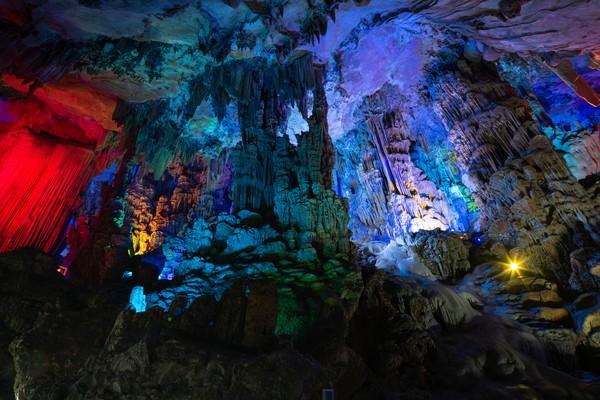Gua dengan ketinggian 18 meter dan luas 14 ribu meter persegi ini menyala bagai pelangi.(Getty Images/iStockphoto)