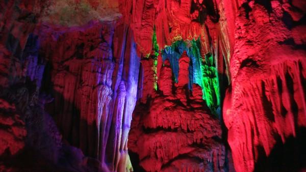 Selain berfungsi sebagai penerangan, lampu-lampu tersebut juga membuat pemandangan stalagtit dan stalagmit jadi makin eksotis.(Getty Images/iStockphoto)