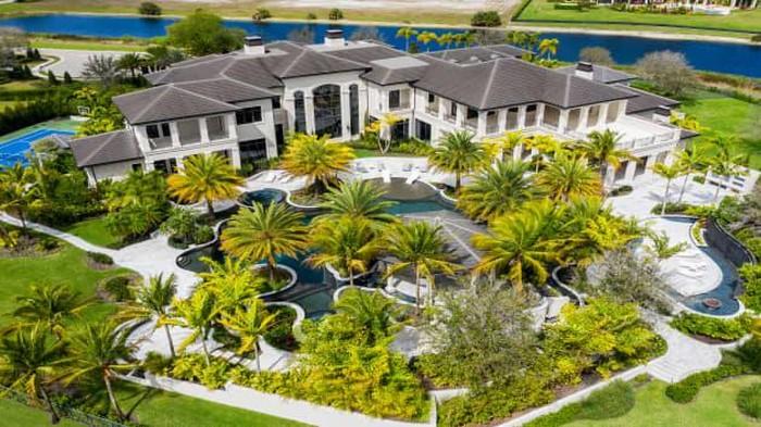 Rumah mewah yang terletak di Florida Selatan ini berhasil mencetak rekor teratas sebagai rumah yang laku termahal di kawasan pantai Delray Beach. Penasaran?