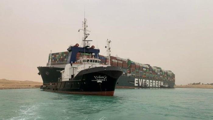 Terusan Suez: Harga minyak naik setelah kapal kontainer sepanjang empat lapangan sepak bola kandas, kerugian Rp43 triliun per hari