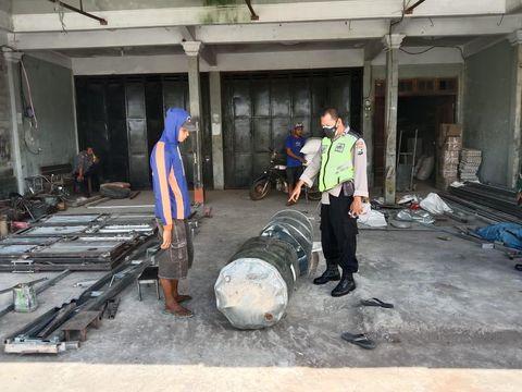 Kecelakaan kerja terjadi di sebuah bengkel las di Kabupaten Blitar. Sebuah drum meledak dan terbakar saat dipotong menggunakan gerinda.