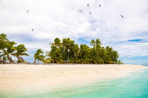 Berada di khatulistiwa, garis pantai putihnya seakan merayu untuk datang dan berjemur. (Getty Images)