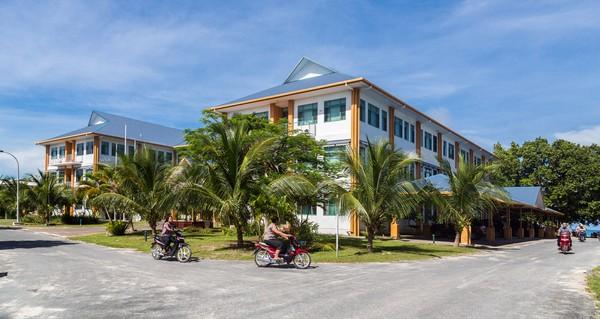 Meski tajir, tapi bangunan-bangunan di sana tak mentereng. Buktinya ini bangunan paling tinggi dan besar di Tuvalu.(Getty Images)