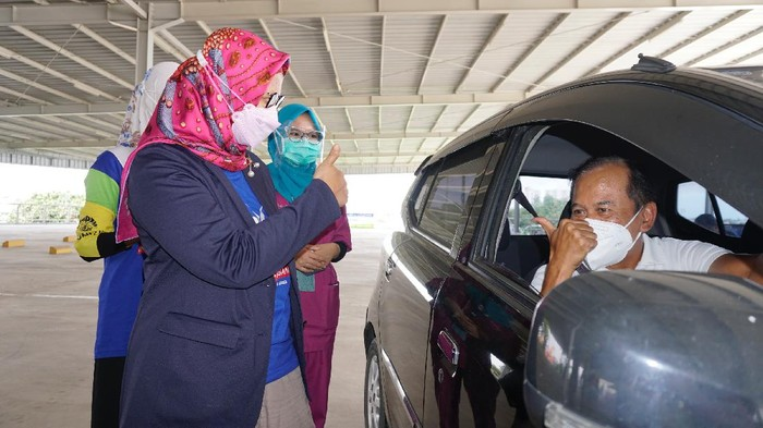 XL Axiata berkolaborasi dengan mitra bisnis dan sosial menggelar sentra vaksinasi drive thru untuk warga lansia di Depok, Jawa Barat.